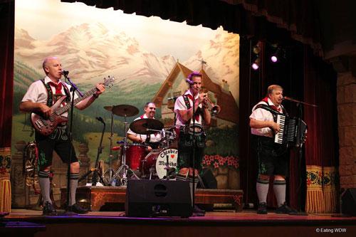 biergarten-oktoberfest-musikanten