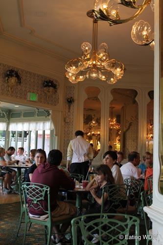 plaza-restaurant-decor