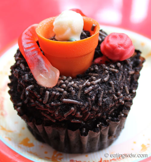 earth-week-worms-in-dirt-chocolate-pudding-cupcake-2