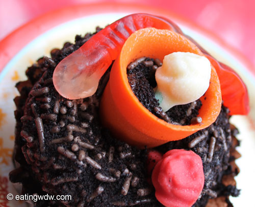 earth-week-worms-in-dirt-chocolate-pudding-cupcake-detail