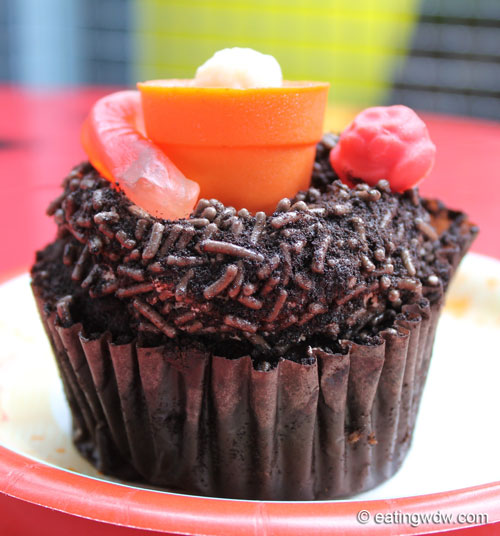 earth-week-worms-in-dirt-chocolate-pudding-cupcake