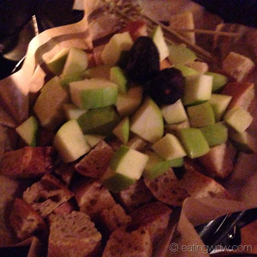 territory-lounge-oregon-pinot-grigio-fondue-bread-apples