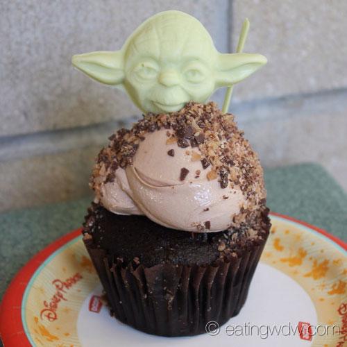 star-wars-weekends-hazelnut-yoda-cupcake