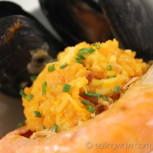 2014-food-wine-culinary-demo-andrew-zimmern-simple-shellfish-paella-4