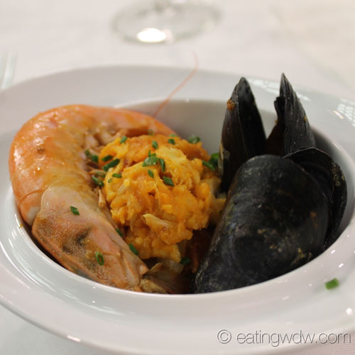 2014-food-wine-culinary-demo-andrew-zimmern-simple-shellfish-paella