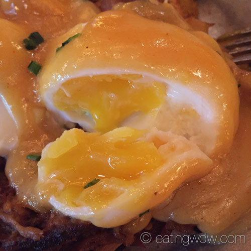 whispering-canyon-cafe-chuck-wagon-pulled-pork-eggs-benedict-poached-egg