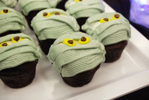 happy-hallowishes-dessert-party-mummy-cupcakes